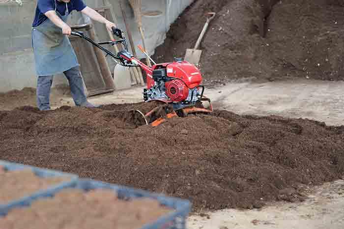 生育の良し悪しを決める土作り。耕耘機を使い土を混ぜる様子。