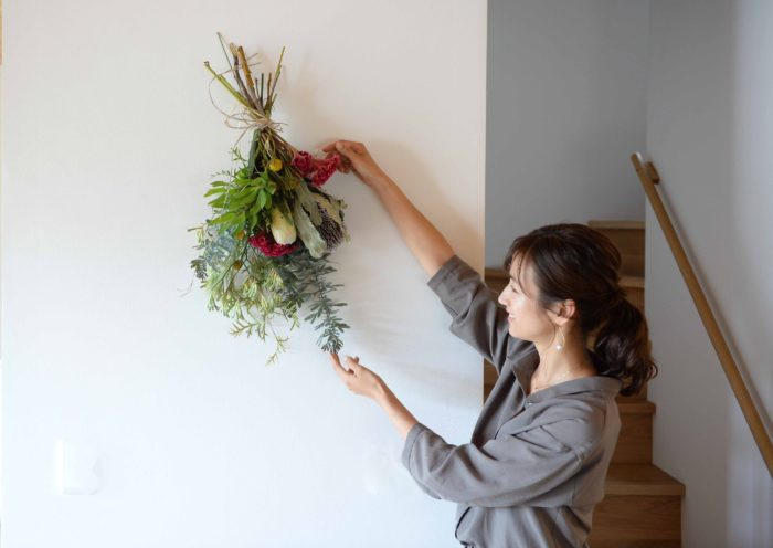 いかがでしょうか?  何気なく飾られている花が素敵だったり、あくまで生活の一部として植物がお部屋や庭にある風景に癒された編集部一同。みなさんも真似したいな、と思ったところはぜひ日々の生活に取り入れてみてくださいね。