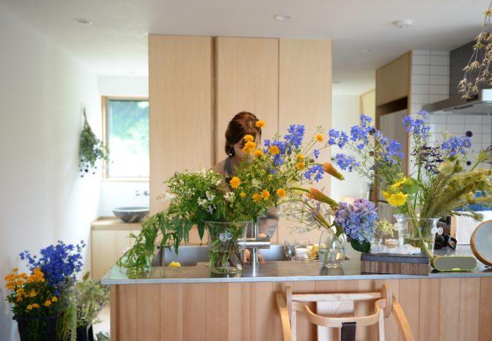 花を仕入れに朝市場へ行き、ご自宅でそのまま作業されることもある前田さん。まるで花屋の店頭のような、花が溢れる状態で出迎えていただきました。  ワイルドフラワー、ヒマワリやデルフィニウムなど色鮮やかな花のコントラストが夏らしいです。