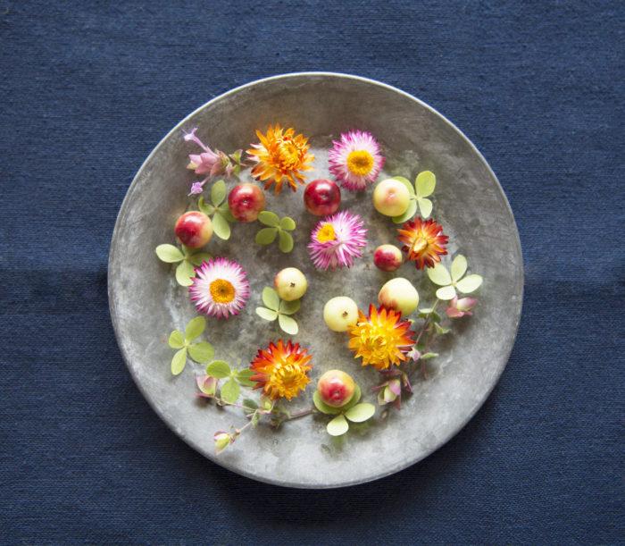 部分的に傷んでしまったノリウツギや、茎が短い草花や実ものは飾れないと思っていませんか? 小皿に置くだけでも、秋らしさを運んできてくれます。色合わせを楽しんで。