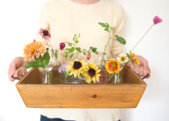 1つの花瓶にどのように花を生けたらいいか分からない……そんな方は1つの花瓶に1種類ずつの草花で。箱にまとめて置くだけで今日のお庭の様子を覗いているよう。