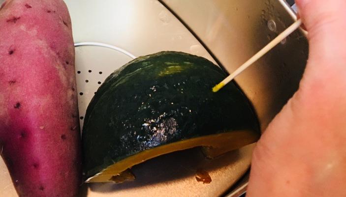 1. カボチャを洗い、サツマイモと同じように蒸し器で蒸し、1cm程の厚さに切ります。