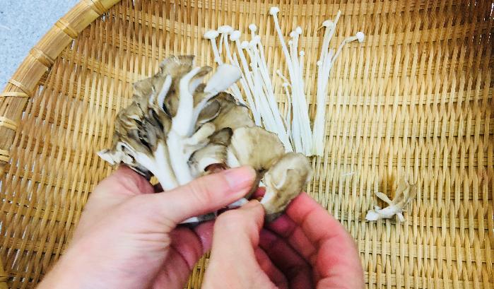 1. えのきや舞茸の石づきを取り、手でほぐして小分けにしていきます。