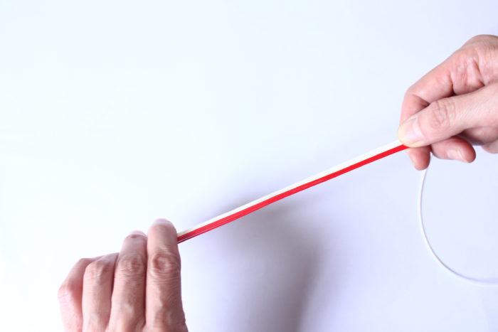 1、白の紐を20cmほどにカットする