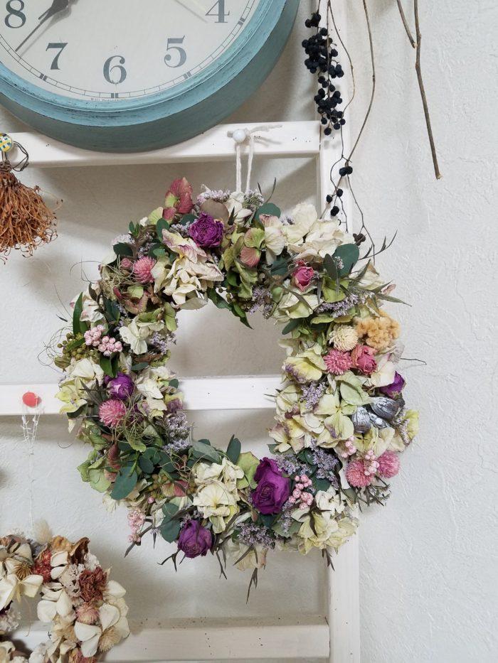 色々な花が使われている明るい印象のリース
