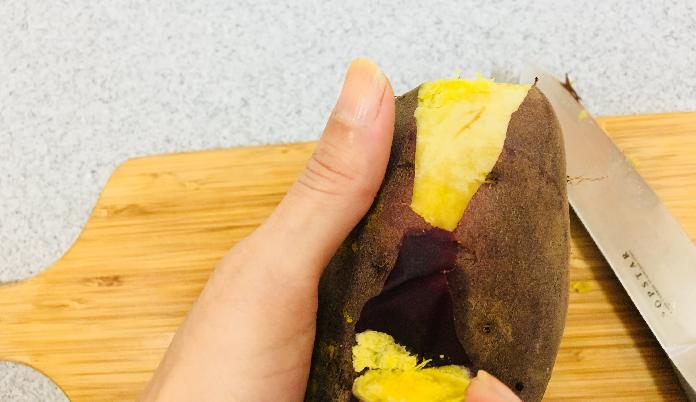 2. サツマイモの中までしっかり火が通たら、皮をむきます。