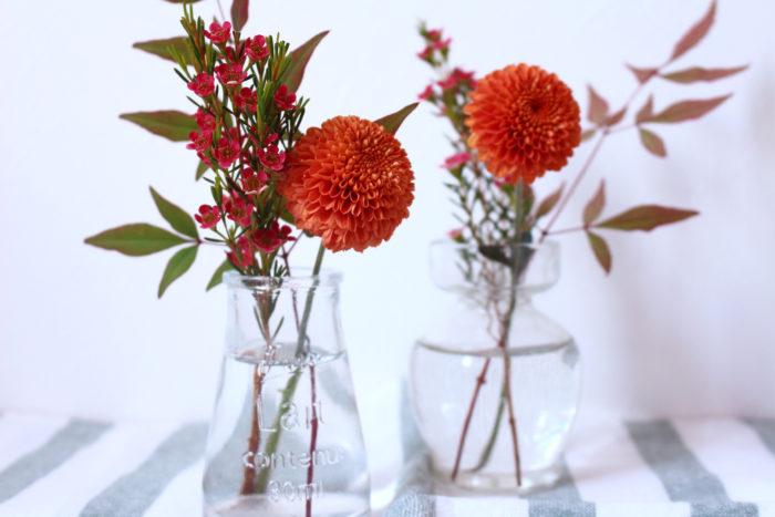 取った下葉や余った花は取っておきましょう。小さめグラスに生ければ、シンプルで可愛いアレンジになりますよ。