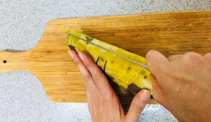 3. サツマイモの繊維に沿って、1cm程の厚さに切ります。