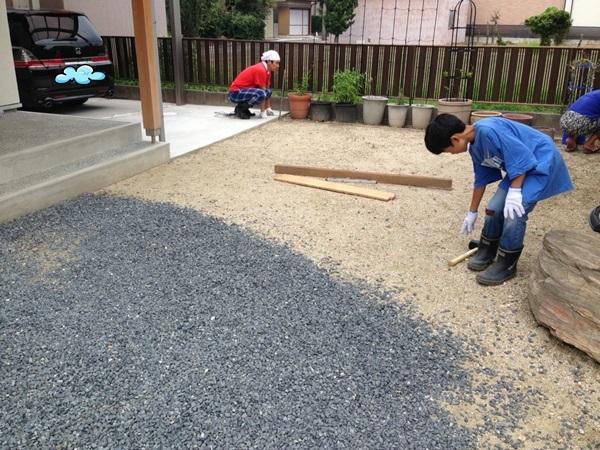 庭DIYで今回レンガ敷きに挑戦したのは、玄関前のこのようなスペース。