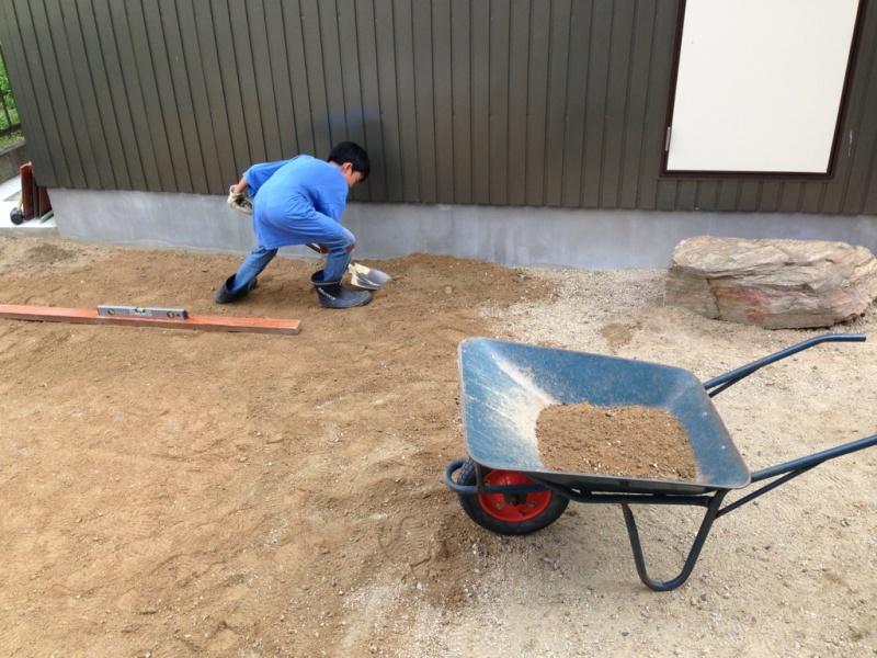 モルタルで固める方法もありますが、レンガ敷き初心者には難しそうだったのとうまくいかなかった時にやり直しが大変そうだったので、砂を使う方法にしました。