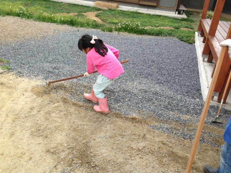 水平器があると大活躍です。  地面に板など平らなものを置き、その上で測ります。スマホのアプリでも水平器がありますので、とにかく測って水平に近づけてください。ならす道具は、わが家は母親が畑をやっていますので古くなった鍬など使っていますが小さなトンボのようなものがあると便利だと思います!  地面がならせたら、いよいよレンガを並べていきます。