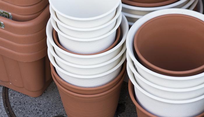 プラスチック鉢 比較的安価で、割れにくく軽いため扱いやすい鉢です。色や形などの種類も豊富ですが、通気性・吸水性はなく、水やりや夏場の管理が少し難しい鉢です。  素焼き・テラコッタ鉢 自然素材でできている陶器の鉢です。鉢自体に小さな穴が開いているので吸水性・通気性がとても良く、夏場も鉢の中の温度が上がって根がだめになる、ということがありません。しかし、鉢は重めで衝撃に弱いため、丁寧に扱う必要があります。  木製鉢 木でできているので見た目が自然できれいです。通気性・吸水性も良く、植物に優しい素材ですが、防腐剤を使っていても腐りやすく劣化が早いので、鉢カバーとしての利用がおすすめです。  陶器鉢 色や形に種類が豊富で、おしゃれなものが多いですが、表面に塗装がしてあったり、薬を塗ってから焼いた鉢は通気性が悪く、陶器なので衝撃にも弱いです。   いかがでしたか?  その植物に合った鉢を使うことが、良い植物を育てる第一歩です。鉢のことを知って、植物の育ちやすい環境にしてあげたいですね。