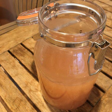 火からおろし、お好みの量のレモン汁を加え、常温に冷ましたら、ザルでこして、ショウガ(生姜)のしぼり汁と絞りかすとを分けます。  収穫したての新ショウガ(生姜)で作るシロップは、レモン汁を入れる事でほんのりピンク色になります。まさに、この時期ならではの究極のシロップですね。  ショウガ(生姜)シロップの保存は冷蔵庫で。お湯で割ったり、ソーダーで割ったりお好みの飲み方でお楽しみください。
