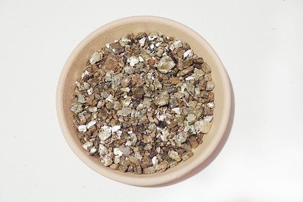 バーミキュライトは、蛭石を高温処理、元の容積の10倍以上に膨張させたもので、非常に軽く、無菌です。「通気性」「保水性」「保肥性」を備えています。非常に軽いこともあり、ハンギング用の土に使用されたります。  バーミキュライトを使ったブレンド例  ハンギング用の土 赤玉土(小粒か中粒)3 :バーミキュライト :パーライト :ピートモス  ※配合は植物によって調整しましょう。