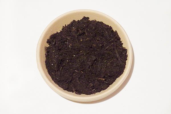 腐葉土は、広葉樹の落ち葉を腐敗、熟成させたもので、「通気性」「保水性」「保肥性」を備えています。微生物の力で土を活性化させています。質感はふかふかとしています。  腐葉土を使ったブレンド例  ハーブの土 腐葉土3 :赤玉土(小粒)6 :パーライト1  鉢花の土 腐葉土3 :赤玉土(中粒)5 :ピートモス2