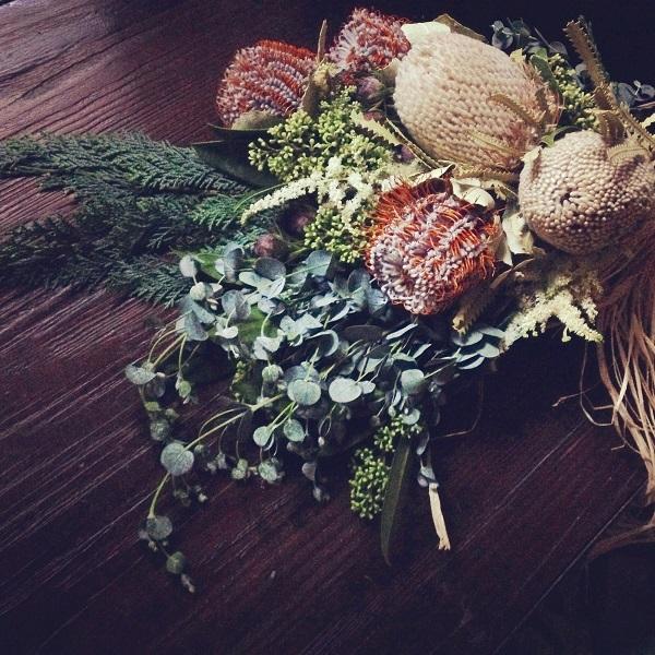 生花でもドライフラワーでも人気のバンクシア。  バンクシアはオーストラリア原産のヤマモガシ科の植物。種類もたくさんあり、様々なお花があります。まるでブラシのような見た目のお花は切り花として、お花屋さんで見かけることもしばしば。バンクシアはブーケに使用されることもあります。を白いフワフワのお花と、パープルのお花がバンクシア。すでにドライフラワーのようですが、これは生花なんです。このままドライにすることもできるところも魅力です。