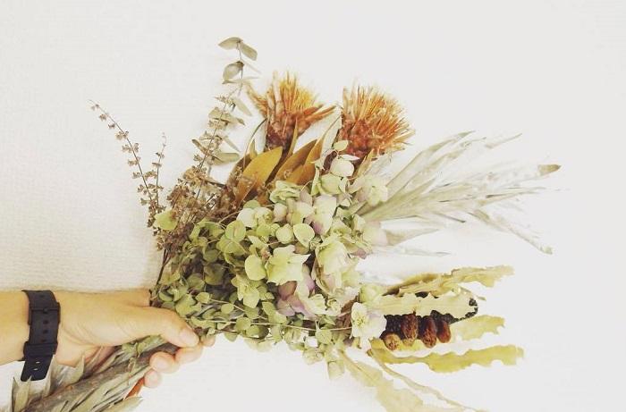 種から、芽がでて大きくなり、花が咲き、そしてドライになる。  姿、かたちは変わってもその美しさは変わるどころか、時間を経た分、生花とはまたひと味違う魅力があると思います。生花からご自分でもドライにしてもよいし、お花屋さんで探してみてもよいですね。お気に入りのドライフラワーを探してみては。