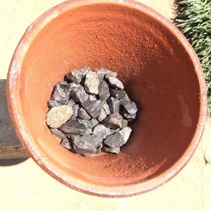 そして鉢底石を敷きます。こちらは100均でも売っていますが、私は、自宅にある砂利を入れました。