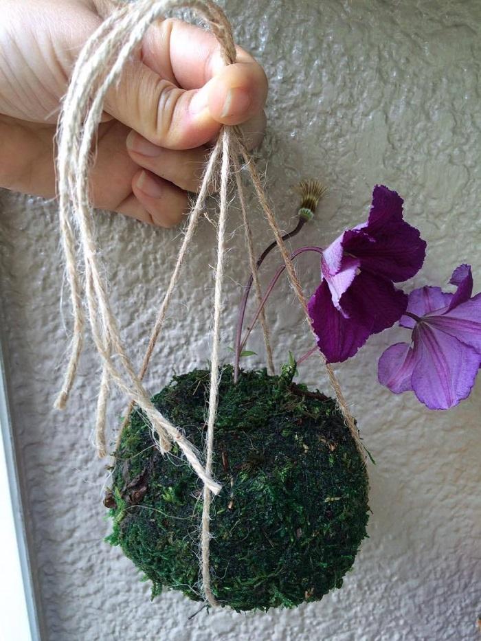結び目の真ん中に苔を置きます。