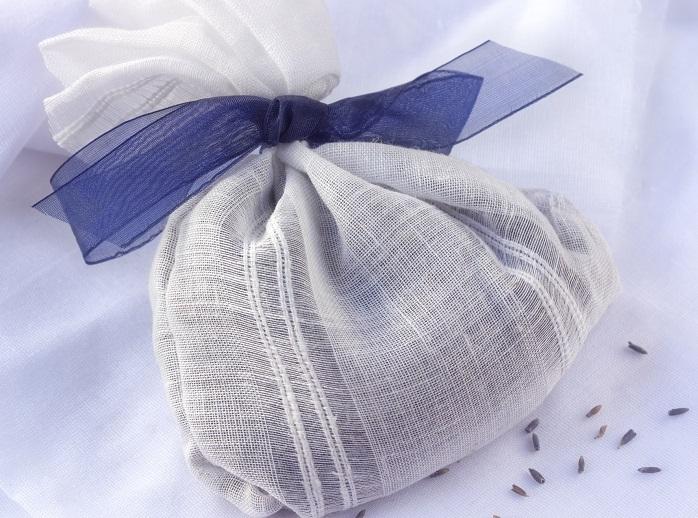 乾燥させた花穂をガーゼなどの小さな袋に詰めてリボンを結べば、簡単にサシェができます。  いつでもどこでもいい香りが楽しめ、心がリフレッシュします。  気持ちを落ち着かせたい時、気持ちよく眠りたい時にもおすすめです。