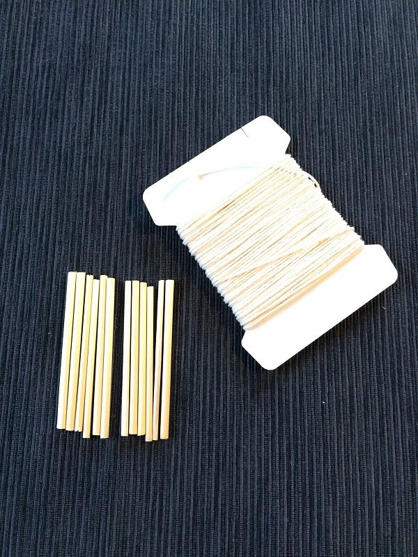 準備するものは同じ長さの麦わら12本と凧糸です。5cmの長さに揃えています。麦わらの代わりにストローを使ってもいいですよ。  麦わらで作るとナチュラルでどんなお部屋にも似合うオーナメントが出来上がります。麦わらは通販で入手可能。今回は、しっかり形を固定したかったので凧糸を使いました。凧糸だと針なしで糸を紡いでいくことができるので簡単です。麦わらで作る場合は先端部分が裂けやすいので気をつけましょう。