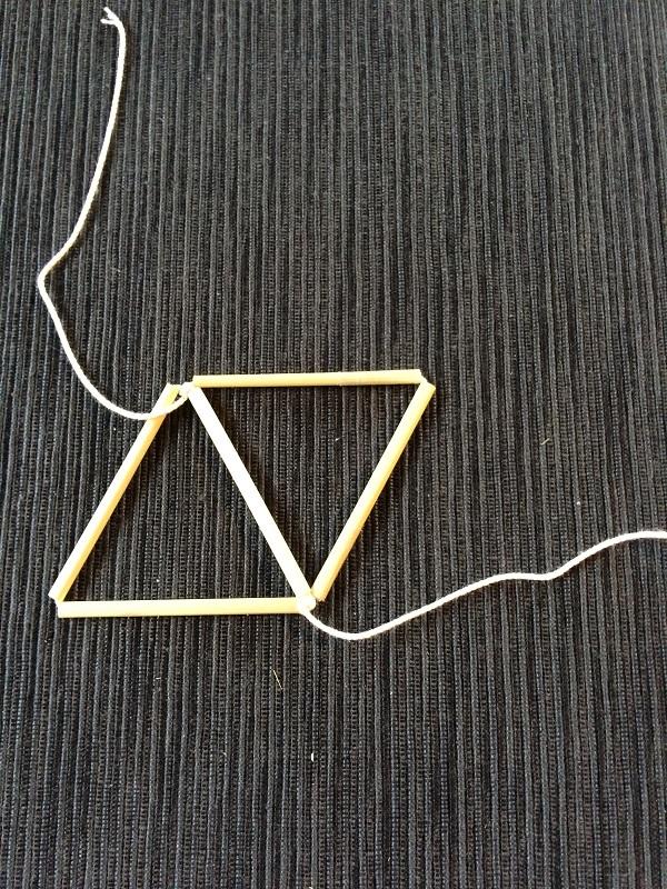 ②その後2本通して2つ目の三角形を作って結びます。