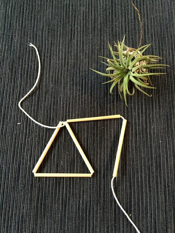 ①まず糸端を5cmくらい残して3本通して三角形にして結びます。