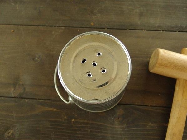 鉢底に穴が空いていなかったため、底に穴を開けます。釘をトントンと打って開けます。小さい穴なので5カ所開けました。