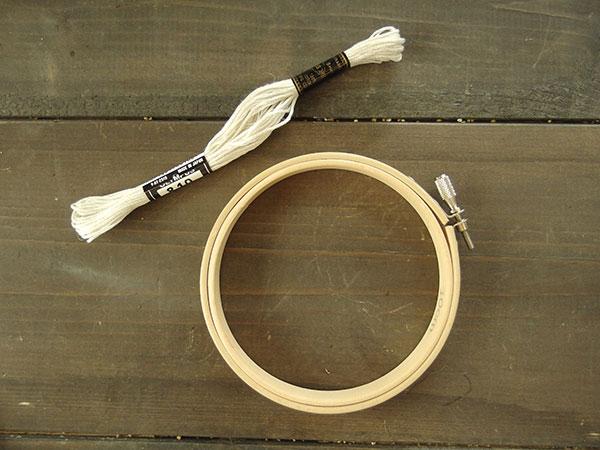 材料はこちらの2つ。刺しゅう枠と糸や紐など。今回は刺しゅう糸を使います。刺しゅう枠は100均でプラスチック製のものは売ってますね。