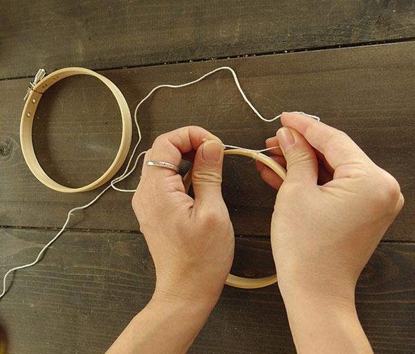 ①枠に刺しゅう糸を括りつけます。