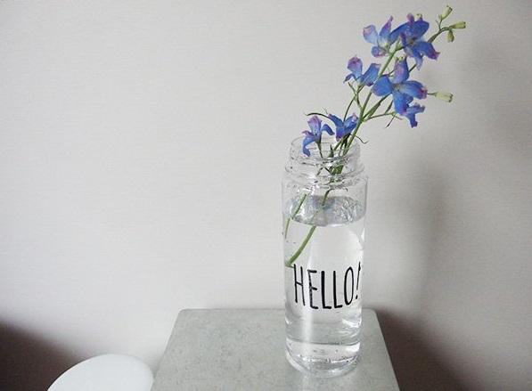 シンプルに花をいけてみても。茎の長さが短い場合は縁にかけるように飾れば落ちにくいです。