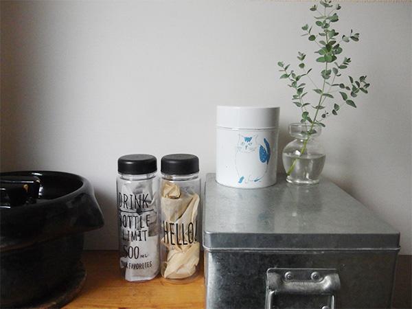 食品を入れて お茶パックやだしパックをボトルに入れて。湿気らないように乾燥剤も一緒に入れています。他にも、マカロニ、ショートパスタや乾物の入れ物にもよいですね。調味料を保存するのにもよさそう。フタや底に消費期限などを描いて貼っておくとより便利に使えます。