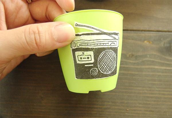 デコパージュ専用液を塗った上に、カットしておいたペーパーを貼り付けます。