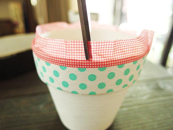 ハサミで切れ込みをいれていき、鉢の内側へ折りこんで貼っていきます。