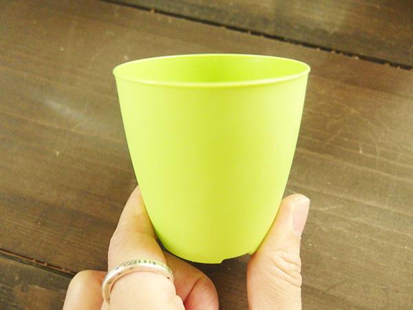 こちらは100円ショップで購入した多肉植物についていたプラスチックの鉢。カットしたペーパーではなく、鉢の方にデコパージュ専用液を塗ります。