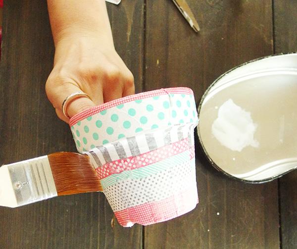 全部貼り終えたら、しっかりと乾かしましょう。鉢が乾いたら、上からデコパージュ専用液を前面に塗っていきます。これを乾燥させたら完成となります。