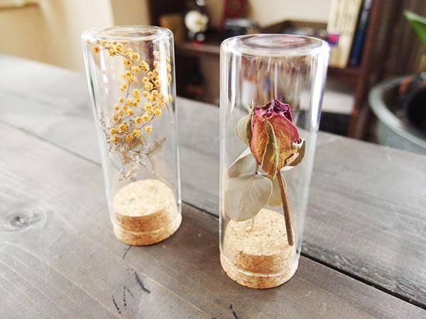 ほこり除けにガラス瓶に飾っても。ディスプレイとしても素敵に飾れますね。細かいドライフラワーは瓶にたくさん詰めて飾っても素敵です。
