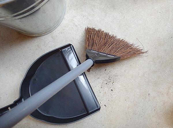 先に紹介した新聞紙を濡らして散らしてから掃くとキレイになります。  掃除機でも構いませんが、音が大きい場合は避けましょう。サッシ部分などは掃除機のほうが楽です。  隙間用ノズルなどがあれば隅っこの方を掃除するときに便利です。隙間用ノズルが汚れるのが嫌だという方は、トイレットペーパーの芯を隙間用ノズルのように切れば代用することが出来ます。