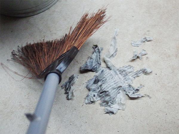 適当なサイズにちぎった新聞紙を水で湿らせて、ベランダの床に撒いてから掃きとります。濡れた新聞が埃や髪の毛などの細かいゴミを巻きとってくれるため、掃くだけでも床がキレイになります。