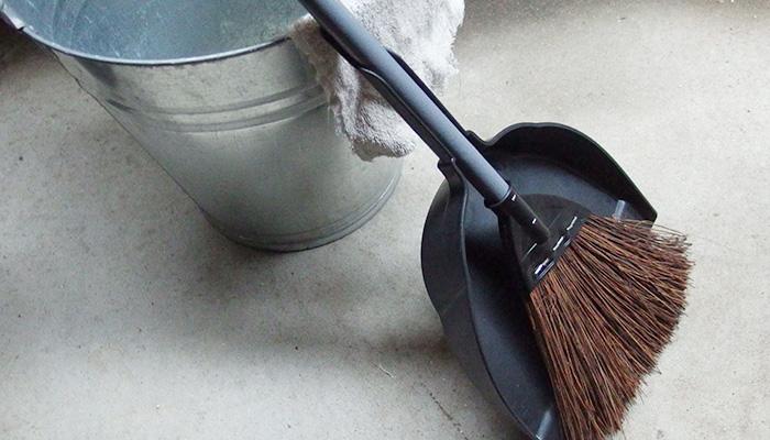 気が付いたときにこれだけ実行で、キレイが長持ちします。  ・手すりはこまめに拭き掃除をしましょう  ・床は新聞紙を使って掃き掃除をしましょう  ・サッシに落ち葉やごみは溜めないようにしましょう  毎日ではなくても月に1、2回の掃除でベランダをキレイに保つことができるのではないしょうか。汚れが溜まるとなおさら手をつけたくないなとなりがちになってしまいます。  掃き掃除や、手すりを拭くことはささっとできることです。気づいたときにサッと掃除してみてはどうでしょうか。