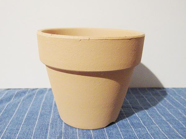 素材は粘土のため、プラスチック鉢に比べると重たくなります。欠けたり割れやすいのもデメリットのひとつ。屋外管理の場合、素焼き鉢の特調でもある気孔に雑菌などが残ることもあり、病気の発生の原因になることも。病気が発生した植物を育てていた鉢は使いまわさず処分したほうがよいでしょう。