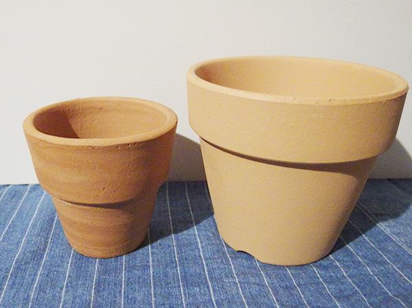 テラコッタ鉢は、素焼き鉢よりも重みがあります。そのため大きい鉢の場合は移動が大変になります。キャスター付きの台の上に置くと移動も楽です。水もちが良い分、排水性は素焼き鉢ほど優れません。乾燥を好む植物に使う場合は土を工夫するなどして過湿になりすぎないようにしたほうがよいでしょう。長期間雨ざらしにしていたり、湿度が高い場所で管理していると苔が生えることもあります。