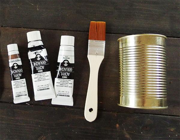 材料  ・空き缶 ・アクリル絵具 アクリル絵具は自宅にあったものを使用。(東急ハンズなどで購入)アクリル絵具は100円ショップでも取り扱いがあることも。  道具  ・ハケや筆 ・スポンジ ・油性マジック ・くぎ ・ハンマー ・スポンジ ・筆洗いのバケツ   トマト缶の空き缶です。空き缶はよく洗って汚れを落としてから乾かしておきます。  洗う時に缶の切り口で怪我をしないように気をつけましょう。広い範囲を塗るのにハケで塗る方が早くさっと塗れるので便利です。筆は細かいところをペイントする時に使います。