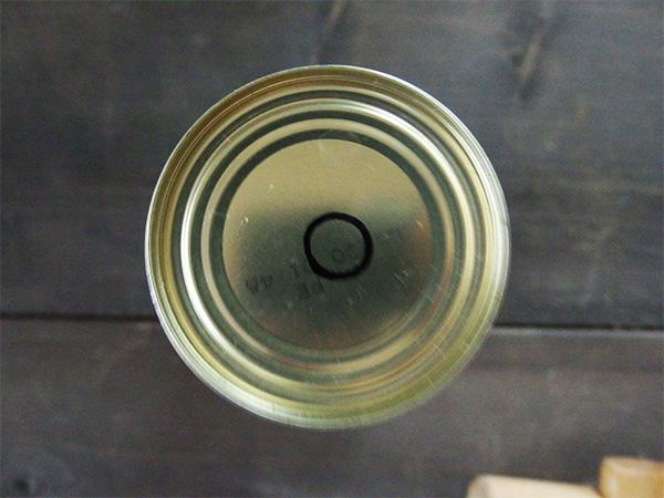 油性マジックで円を描き、直径1cmくらいの穴を底に開けます。
