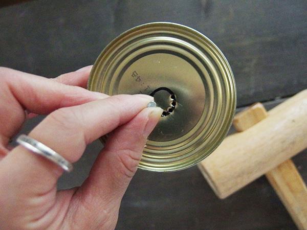 描いた円に沿ってくぎで穴を開けます。