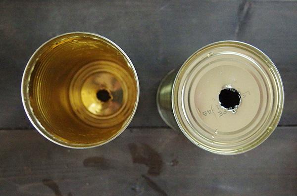 大きく穴を開けるのが手間な場合は、くぎで5.6か所穴を開けるでもよいでしょう。水が抜ける穴が開いていればOKです。これで穴あけ完了。