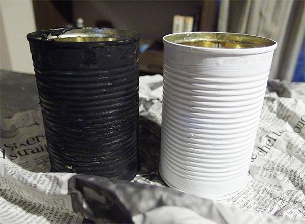 今回は黒と白の2カラーのペイントをします。ベースカラーを塗ります。この時アクリル絵具に水が多いと塗りにくい場合があります。ハケを使ってアクリル絵具を全体に塗ります。上の縁もお忘れなく。塗り終えたら乾かします。