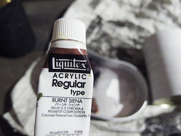 茶色のアクリル絵具を使います。