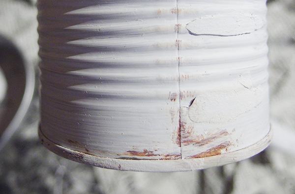 白を重ねることで茶色が馴染みます。擦れてサビてきている感じに。これを縁など全体に行います。