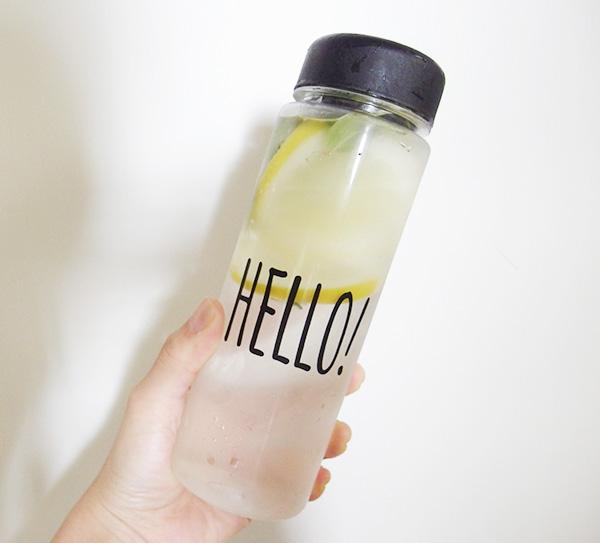 フレーバーウォーターに クリアなボトルを活かして涼しげなフレーバーウォーターはいかがでしょうか。  ミントの葉を数枚と、スライスしたレモンを入れて、7、8時間冷蔵庫で保存。すっきり爽やかなフレーバーウォーターの出来上がり。夜、寝る前に仕込んでおけば翌朝が楽しみになりますね。育てたハーブを使って作ってみませんか。長時間、レモンを入れっぱなしにしていたら苦味がでてしまいましたので、気になる方は取り出してもよいかも。